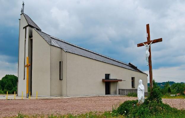 Bryła świątyni wyróżnia się w Golkowicach, a iluminacja krzyża sprawia, że w nocy kościół jest widoczny z daleka