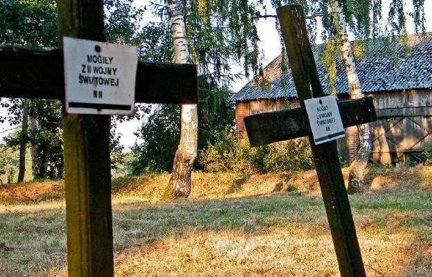W okolicy znajduje się wiele miejsc pamięci