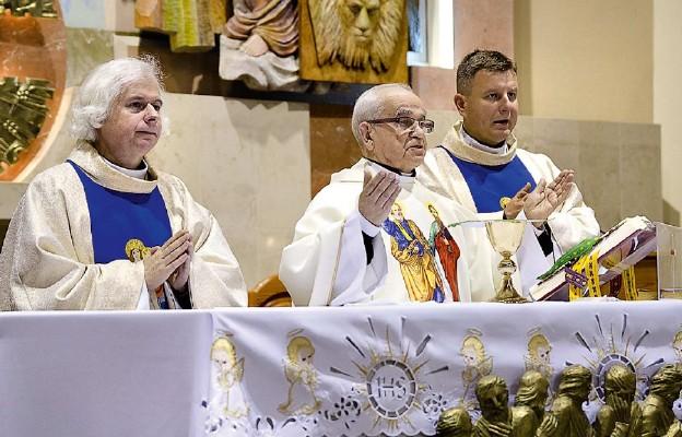 Podczas uroczystości jubileuszowej ks. kan. Edwarda Sztamy w parafii Matki Bożej Wspomożycielki Wiernych w Jaroszowcu