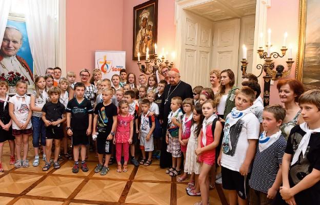 To już tradycja, że spotkanie dzieci z Księdzem Kardynałem uwiecznia fotograf