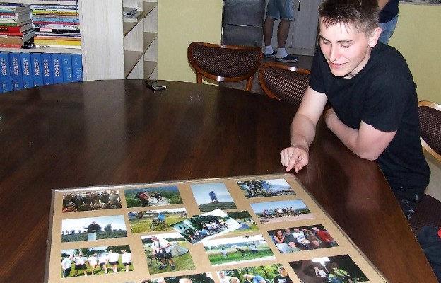 Tomasz Szwed pokazuje dokumentację z podróży