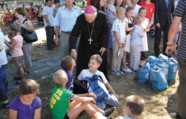 Abp Celestino Migliore pośród dzieci, tornistrow i uśmiechów