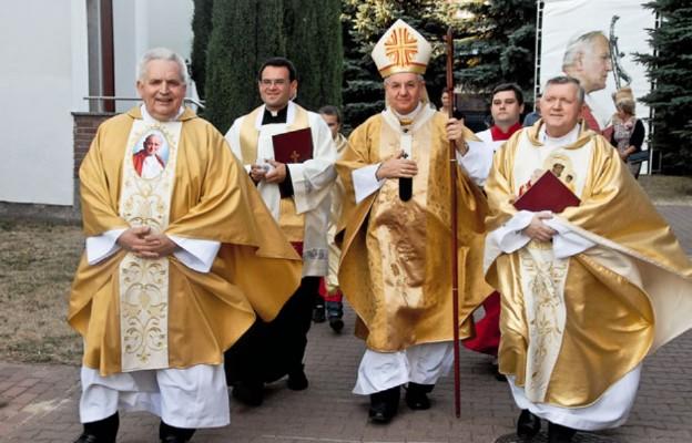 Na pierwszym planie od lewej: ks. Ryszard Jurak, abp Stanisław Budzik i ks. Tadeusz Pajurek