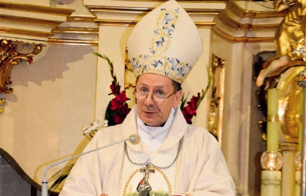 Ksiądz biskup Marian Rojek podczas Mszy św. kończącej festiwal