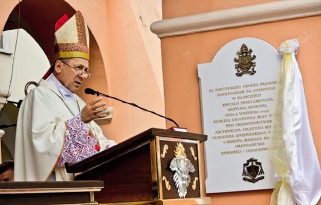 Biskup Marian Rojek podczas homilii mówił o zwierciadle, w którym odbija się wnętrze człowieka. Radecznica, 6 września 2015 r.