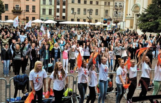 Młodzież na Starym Rynku uwielbia Boga tańcem i śpiewem