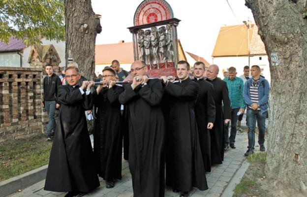 Pielgrzymi nieśli relikwiarz na ramionach