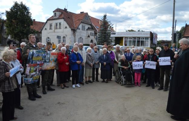 Wierni na modlitwie przy skrzyżowaniu ulic Żeromskiego z Bohaterów Getta w Bielawie