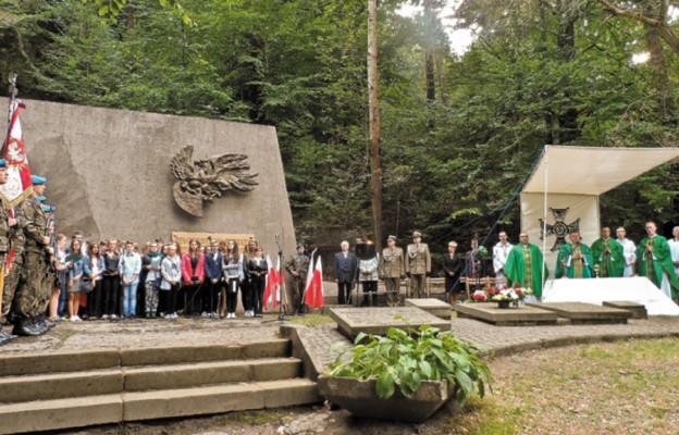 Kielczanie przy Pomniku Straceń