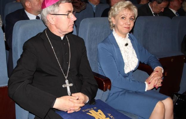 Bp Jan Wątroba i Halina Szydełko, prezes AK podczas II Kongresu Akcji Katolickiej w Krakowie