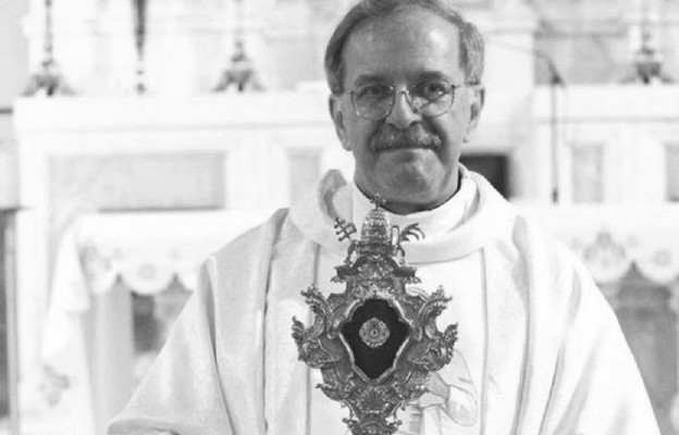 Ks. Piotr Żendzian z relikwiami ś?w. Jana Pawł?a II