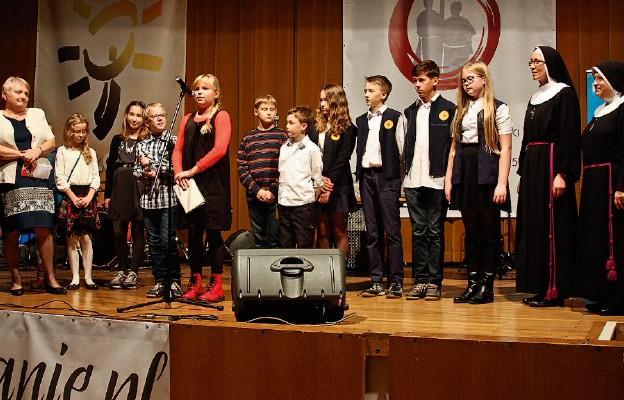 Dzieci z Krakowa pozdrawiają dzieci z Peru podczas misyjno-charytatywnego koncertu. Druga z prawej: siostra Lucyna Rąpała RM