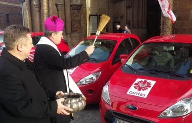 Abp Józef Kupny poświęcił nowe samochody dla wrocławskiej Caritas