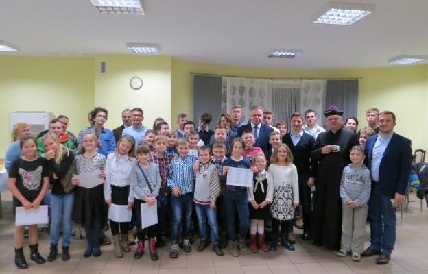Uczestnicy wieczerzy wigilijnej w parafii Łobodno