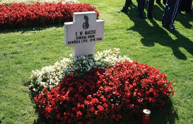 Grób gen. Maczka na cmentarzu wojskowym w Bredzie (Holandia)
