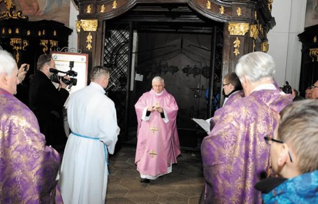 Jezus zaprasza, by przechodzić przez Bramę Miłosierdzia