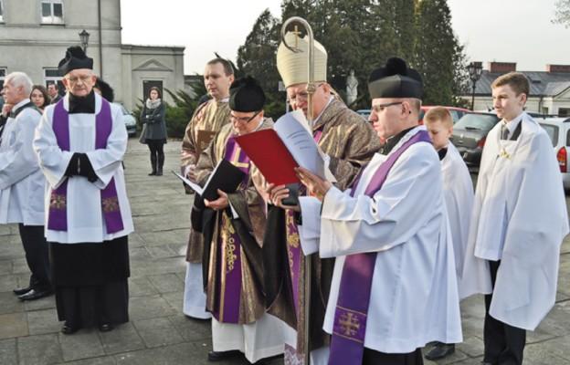 Bramę Miłosierdzia otworzył bp Józef Wróbel