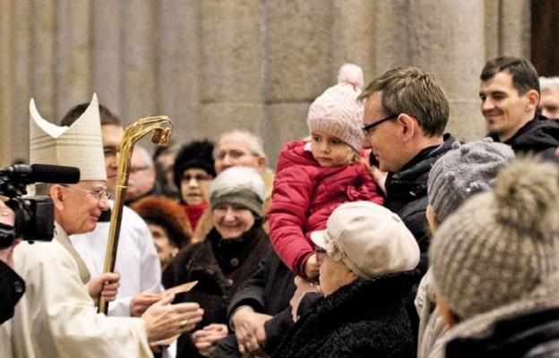 Po Eucharystii wiele osób składało noworoczne życzenia Metropolicie Łódzkiemu
