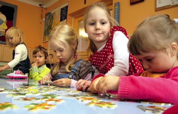 Warszawa zaoszczędzi na sześciolatkach?