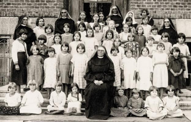 Matka Anna Kworek z siostrami michalitkami i podopiecznymi