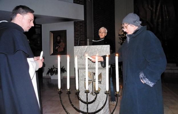 Świece zapalają Róża Król i o. Maciej Biskup