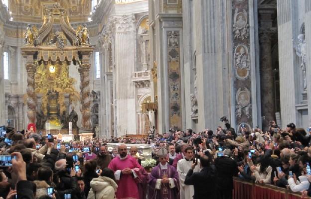 Relikwie świętych  o. Pio i o. Leopolda zostały wyprowadzone z Bazyliki św. Piotra