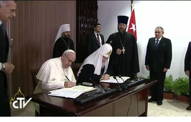 Papież Franciszek i Raul Castro rozmawiają w Hawanie