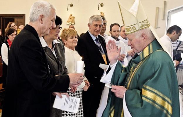 Uroczysta zmiana pary diecezjalnej podczas ogólnopolskiego spotkania w Skorzeszycach