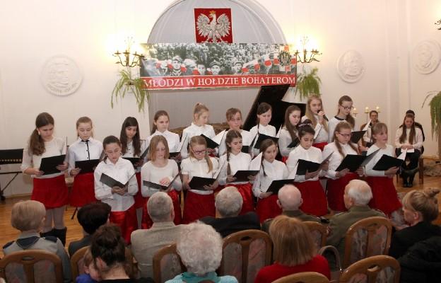 """Szczawieński Chór """"Fantazja"""" na koncercie poświęconym pamięci żołnierzy  niezłomnych zachwycił wykonaniem """"Marsza Zaporczyków"""""""