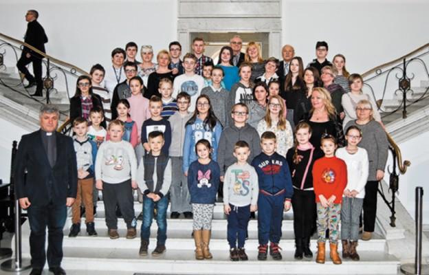 Dzieci z Działoszyna na sejmowych schodach