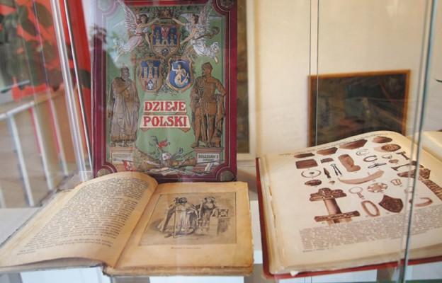 Pokazali Biblię i historię Chrztu Polski