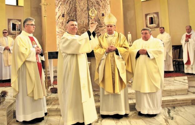 Podczas intronizacji relikwii św. Faustyny i św. Jana Pawła II w Kosmolowie