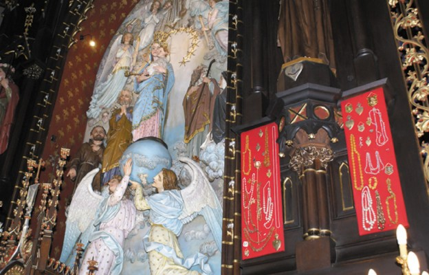 Cudowna figura Najświętszej Maryi Panny Anielskiej w dąbrowskiej bazylice