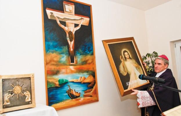Bp Krzysztof Nitkiewicz przekazuje obraz Jezusa Miłosiernego