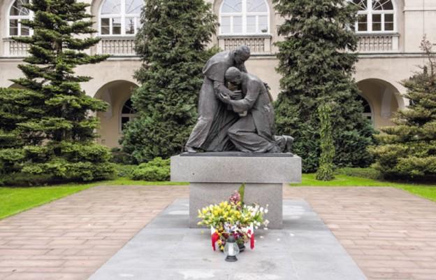 """Pomnik """"Homagium"""" – Jana Pawła II i Prymasa Tysiąclecia na dziedzińcu KUL"""