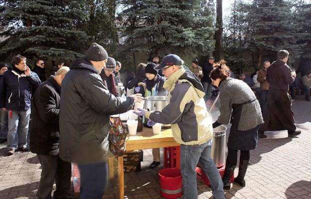 """Akcja """"Czterdziestogodzinny post w intencji bezdomnych"""" cieszyła się wielkim zainteresowaniem. Na zakończenie wszyscy zjedli wspólny posiłek"""