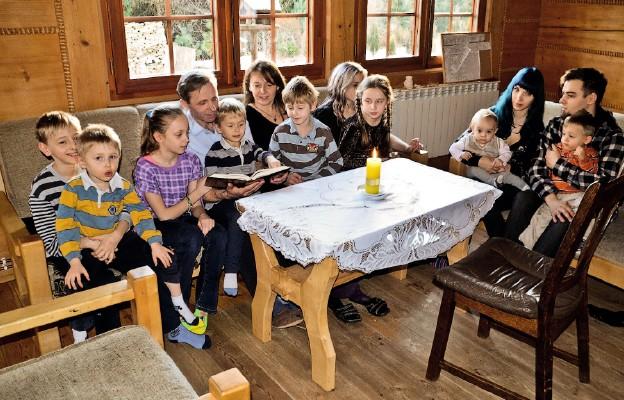 """""""Bóg mieszka w każdym domu, do którego się Go wpuści"""" – Ania i Andrzej Niedziela z Leska z dziećmi. Od prawej: najstarsza córka Celina z mężem i dziećmi. Pozostałe dzieci Ani i Andrzeja: Agatka, Kuba, Gabrysia, Jagoda, Łukasz, Kacper i Pawełek"""