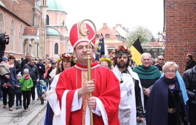 Barwny pochód przeszedł do katedry