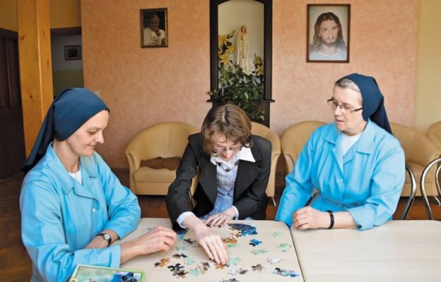Siostry towarzyszą mieszkańcom DPS-u w ich codziennnym życiu; nauce, zabawie, modlitwie