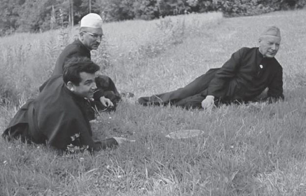 Prymas z bp.Bronisławem Dąbrowskim i ks. Alojzym Orszulikiem (na pierwszym planie) podczas wakacji na Bachledówce