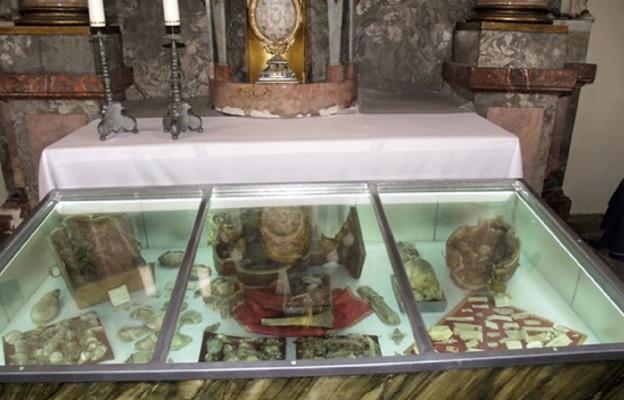 Cenny relikwiarz i starodruki