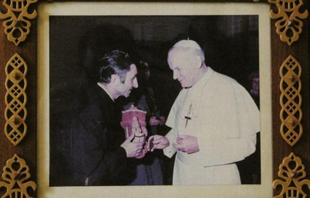 Ks. Ludwik Nikodem ofiarowuje Ojcu Świętemu Janowi Pawłowi II kapliczkę z Jezusem Chrystusem Frasobliwym