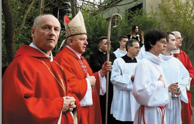 Liturgii przewodniczył bp Józef Wróbel; z lewej ks. Jerzy Cieślicki
