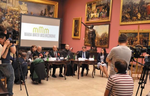 Spotkanie z dziennikarzami zorganizowano w Galerii Sztuki Polskiej XIX wieku w Sukiennicach po diecezji tarnowskiej. Na zdjęciu młodzież z Bochni