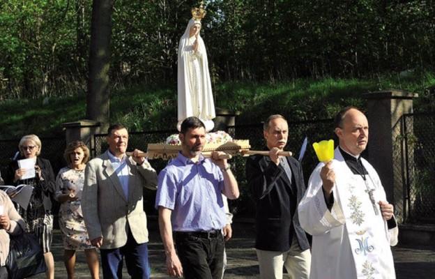 Figura Matki Bożej Fatimskiej w parafii pw. św. Franciszka z Asyżu w Wałbrzychu