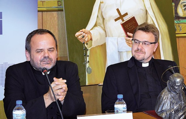 Ks. Paweł Naumowicz MIC (z lewej). Z prawej ks. Wojciech Skóra MIC, kustosz sanktuarium o. Papczyńskiego w Górze Kalwari