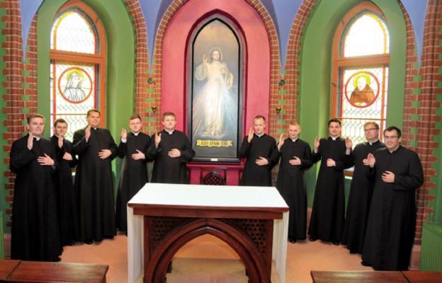 Tegoroczni neoprezbiterzy w oratorium seminaryjnym