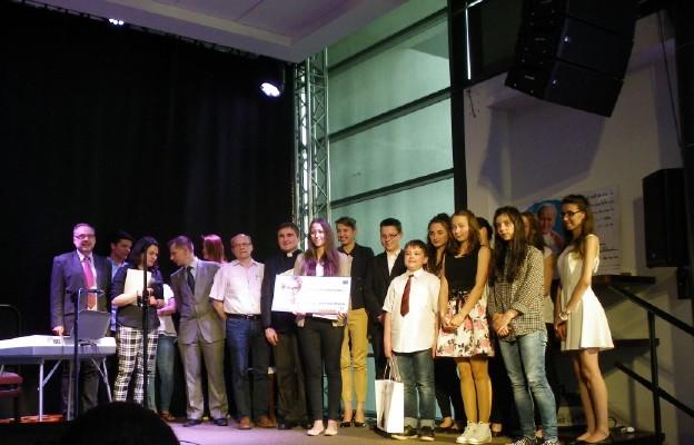 Uczestnicy i jury konkursu poezji św. Jana Pawła II