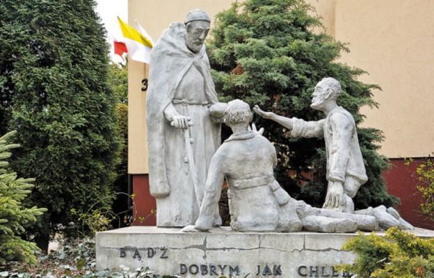 Brat Albert i żebracy, jego towarzysze. Grupa rzeźb przed kaplicą