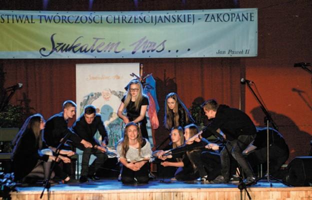 """Zwycięska grupa teatralna """"Koneser"""" podczas koncertu laureatów"""